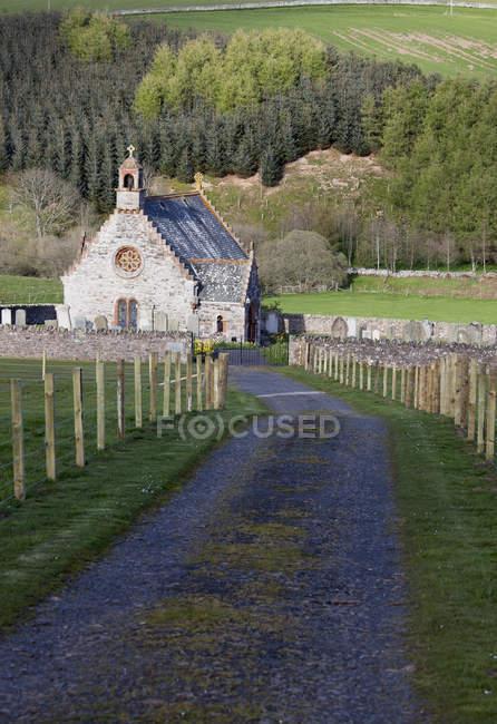 Iglesia y cementerio; Escocia - foto de stock