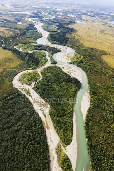 Aguas fluviales rodeadas de colinas - foto de stock