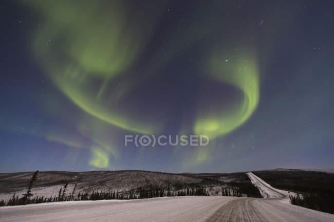 Luces boreales sobre la autopista James Dalton - foto de stock