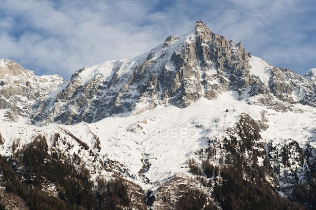 Rugged mountain peak covered in snow — Stock Photo