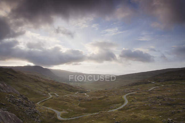 Winding road across Healy Pass — Stock Photo