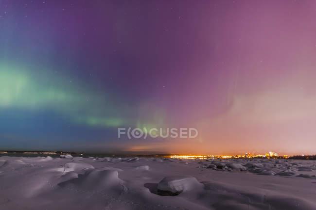 Aurora boreale splendere sopra skyline — Foto stock