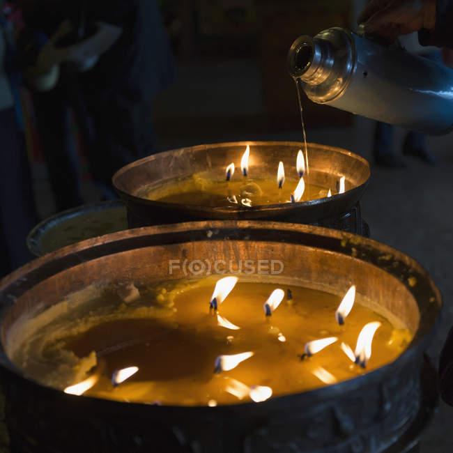 Свічки спалювання в Дрепунг монастирі — стокове фото