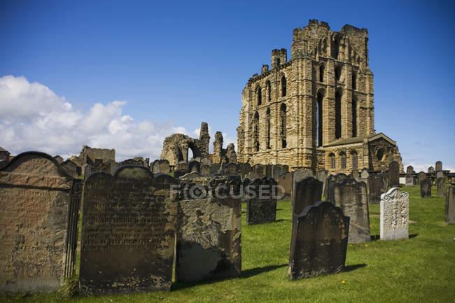 Cemitério no Priorado Ruínas — Fotografia de Stock