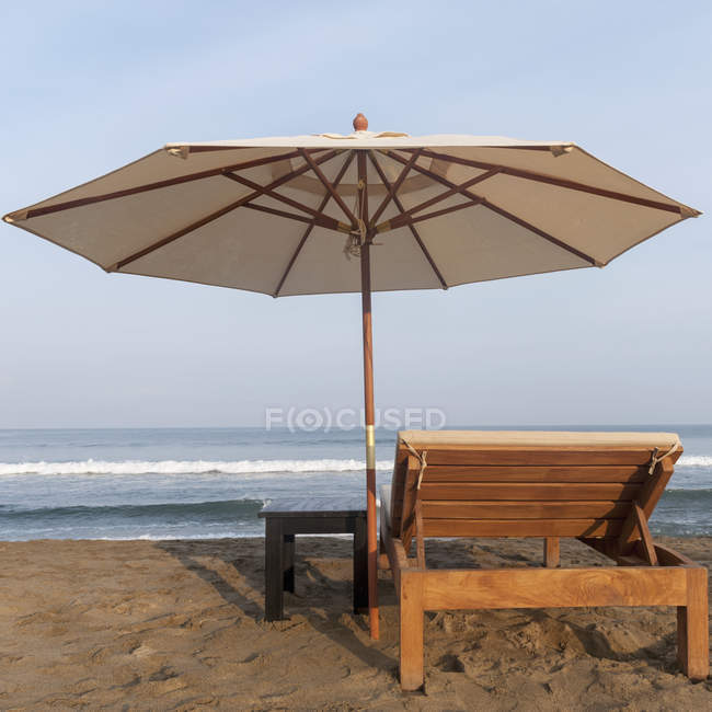 Lounge Chair And Umbrella On Beach — Stock Photo