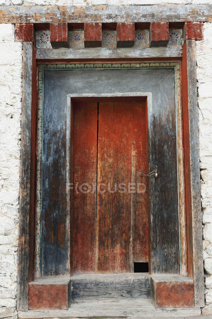 Красная деревянная дверь — стоковое фото