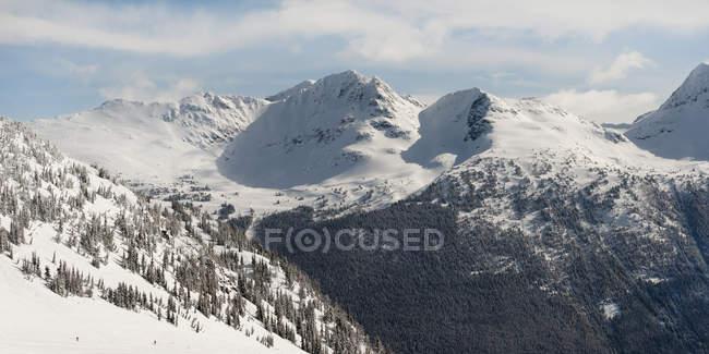 Снег на побережье горы — стоковое фото