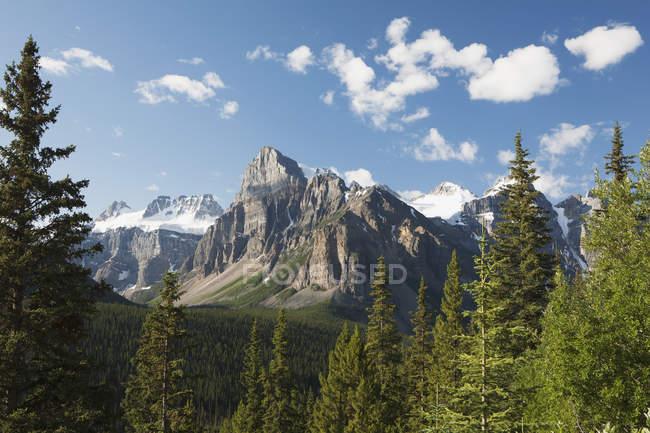Vista montagna con scogliera — Foto stock