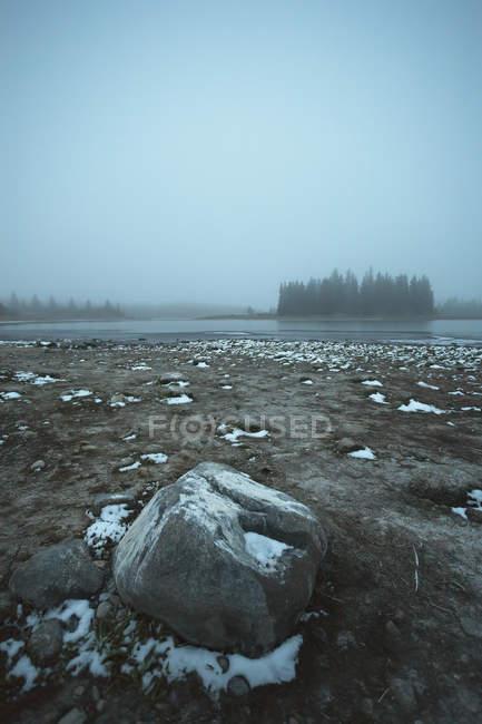 Neige sur le lac de la rive de Astotin — Photo de stock