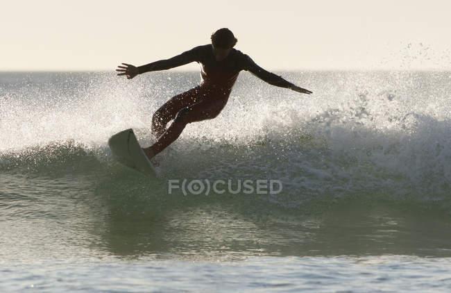 Adulta surfista extrema no wakeboard no mar — Fotografia de Stock