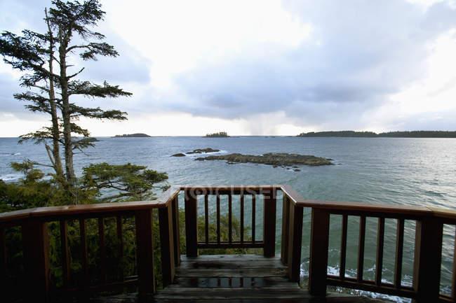 Дерев'яний настил, дивлячись з готелю до пляжу — стокове фото