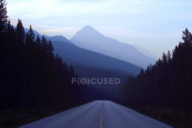 Route de montagne pendant le crépuscule — Photo de stock