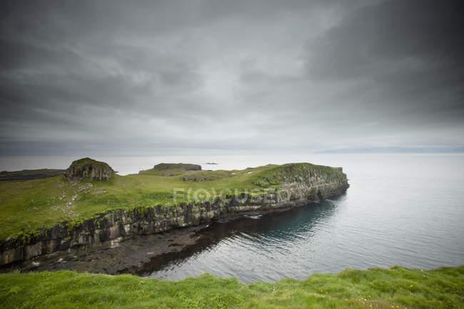 Felsvorsprung entlang Küste — Stockfoto