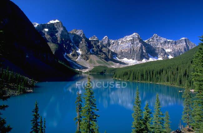 Lago com águas calmas azul — Fotografia de Stock