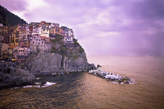 Häuser auf einem Felsvorsprung — Stockfoto