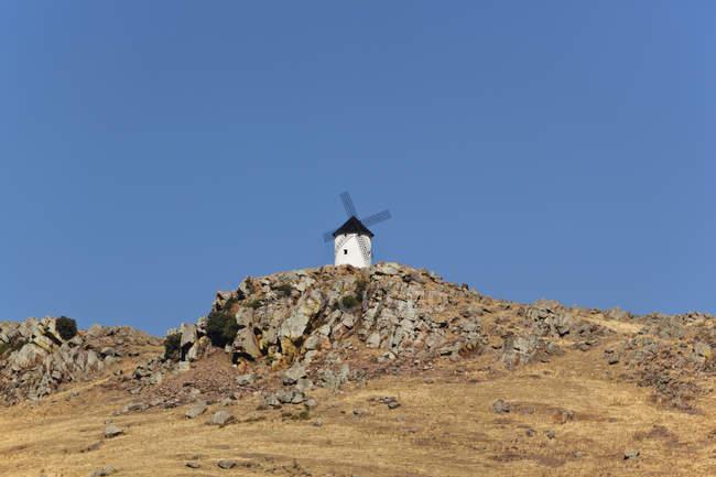Вітряк на пагорбі; Іспанія — стокове фото