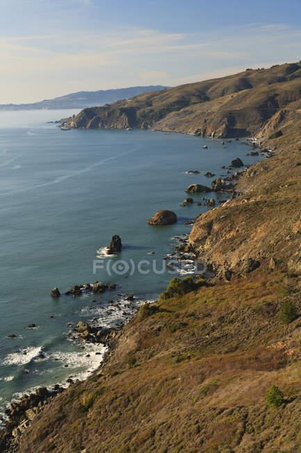 Пагорби уздовж берегової лінії — стокове фото