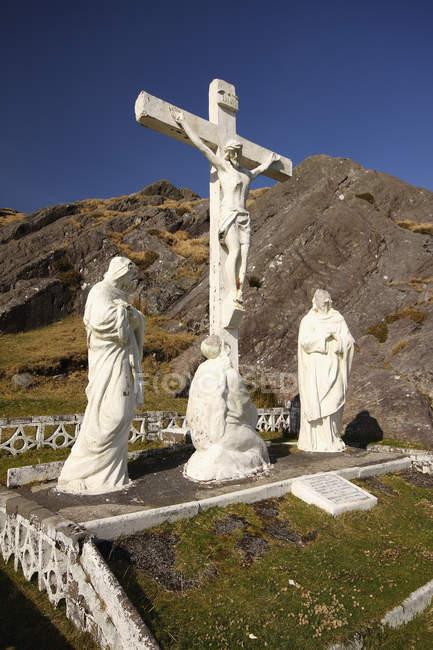 Crucifijo y las estatuas Santo - foto de stock