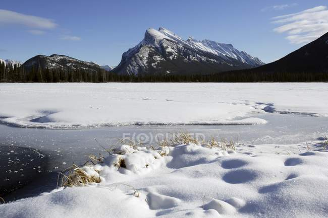 Distesa nevosa dalle montagne — Foto stock