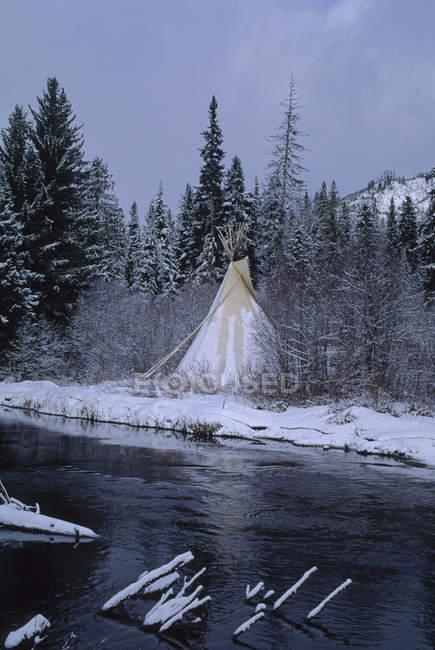 Teepee стоїть біля річки малий — стокове фото