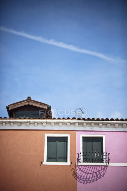 Peinture rose et brune avec Windows — Photo de stock