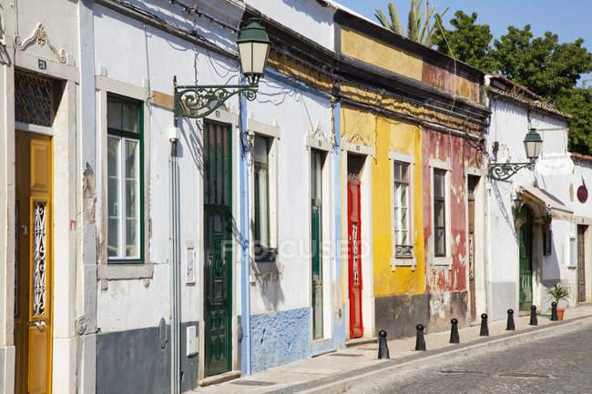 Resistida edifícios pintados coloridos — Fotografia de Stock