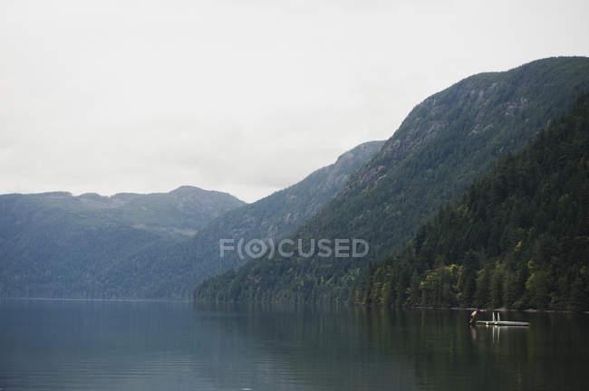 Pessoa mergulha no lago — Fotografia de Stock