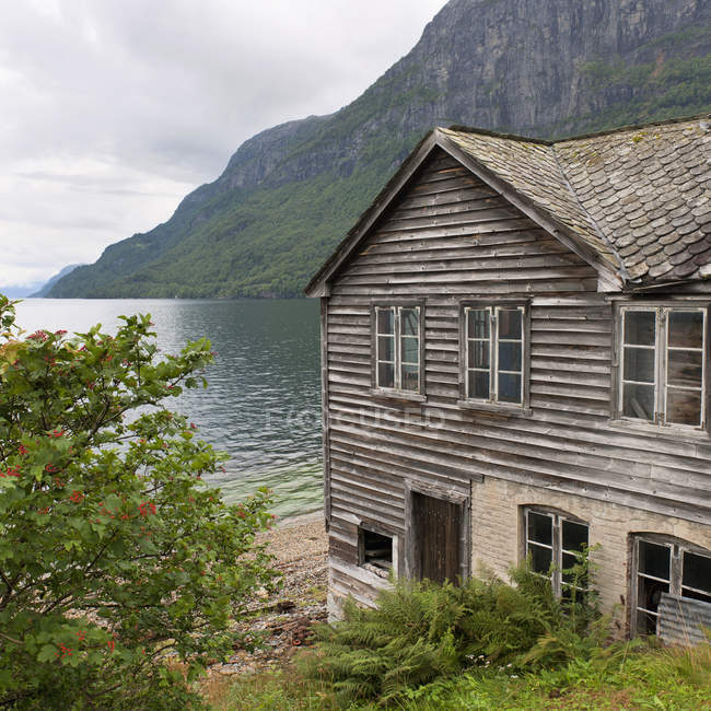 Wooden House Along The Water's Edge — Stock Photo
