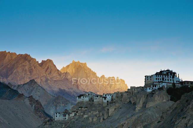 Здания на краю скал — стоковое фото