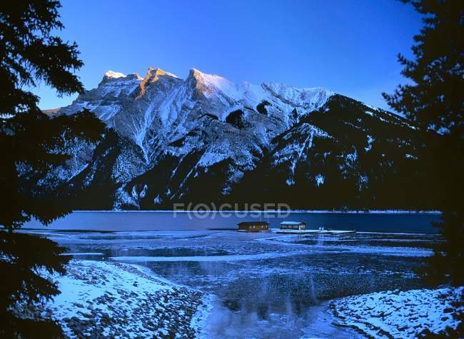 Озеро Minnewanka в Banff Національний парк — стокове фото
