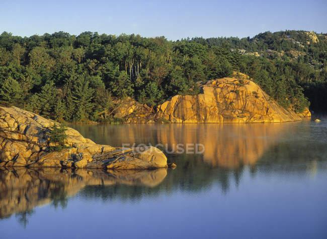 Lake George mit Bäumen am Ufer — Stockfoto
