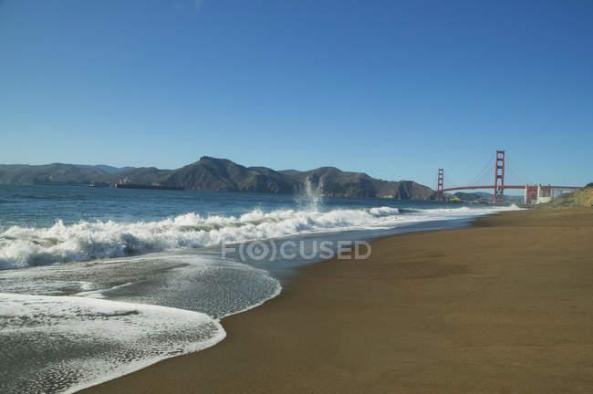 Голден Гейт Брідж від пляжу Бейкер — стокове фото