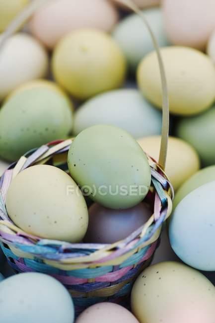 Ovos de Páscoa e cesta — Fotografia de Stock