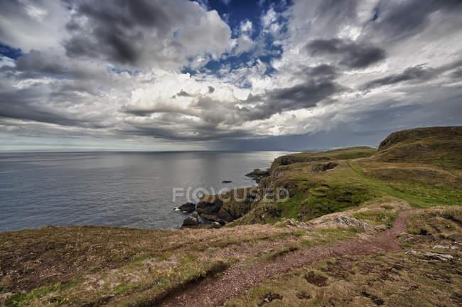 Ein Felsvorsprung entlang der Küste — Stockfoto