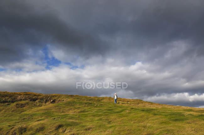 Homme qui descend — Photo de stock