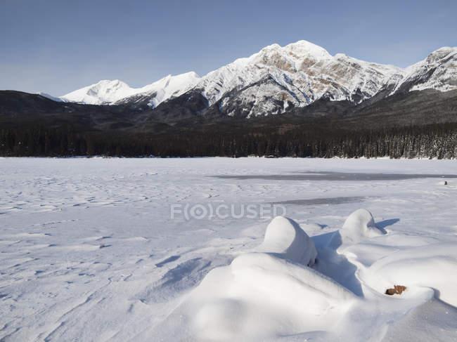 Pyramid Mountain Behind Frozen Pyramid Lake — Stock Photo