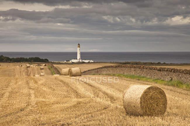Fienili Faro di Ness lungo la costa — Foto stock