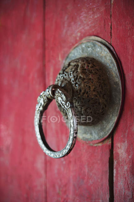Puxador de porta em porta vermelha — Fotografia de Stock