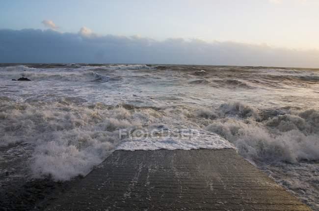 Океанские волны грохот — стоковое фото