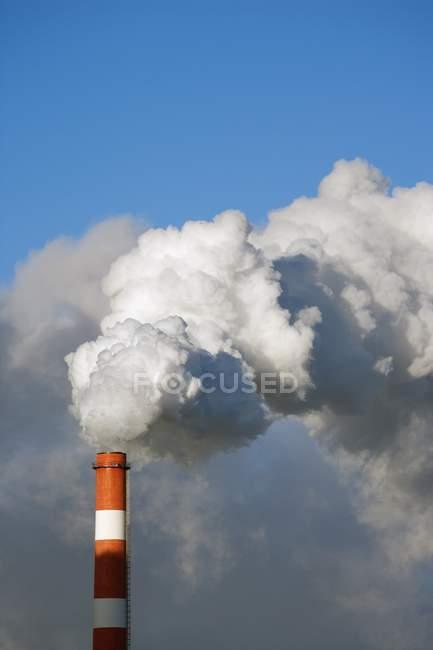 Pipeline de refinaria com poluição ambiental, fuma — Fotografia de Stock