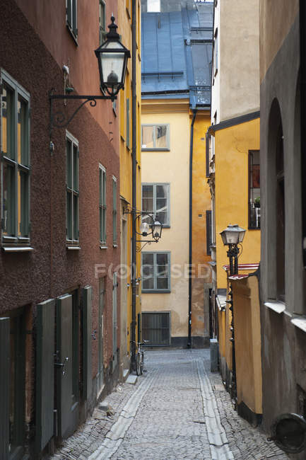 Edifici colorati lungo stretto vicolo — Foto stock