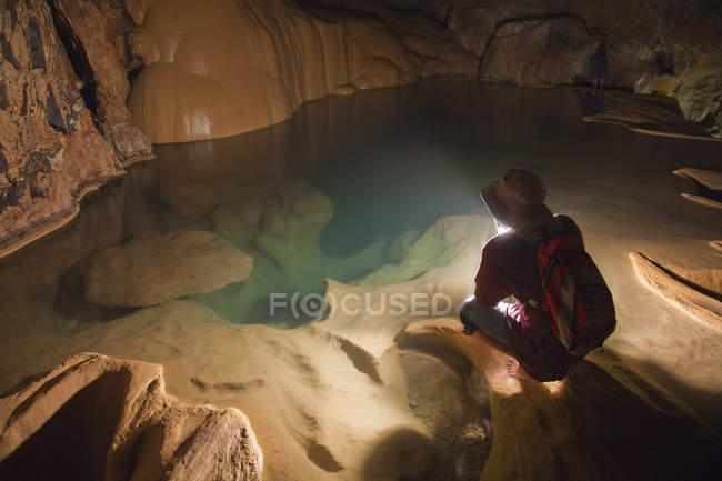 Philippinische Reiseführer hält Laterne in Sumaging Höhle oder große Höhle in der Nähe von Sagada, Luzon, Philippinen — Stockfoto