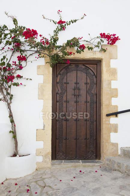 Porta di legno su edificio bianco — Foto stock