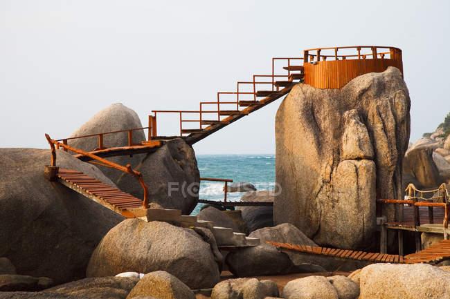 Деревянные Бордуолк и смотровая площадка на скалах вдоль океана; Тао Таиланд — стоковое фото