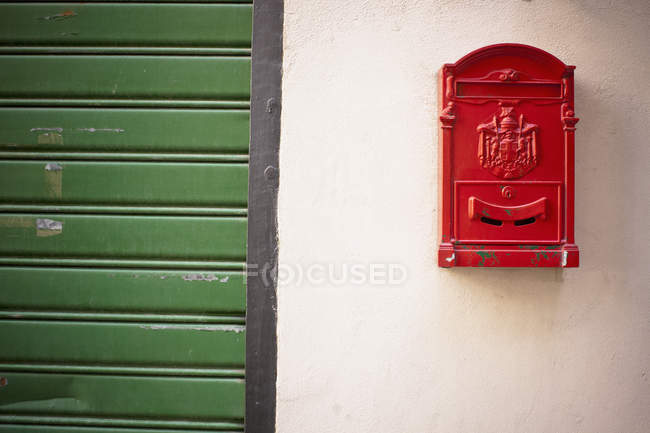 Caixa de correio vermelha na parede — Fotografia de Stock