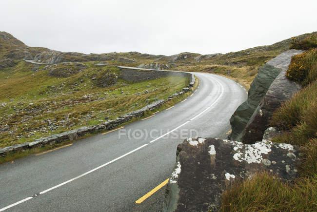 Крива в дорозі; Розрив Dunloe — стокове фото