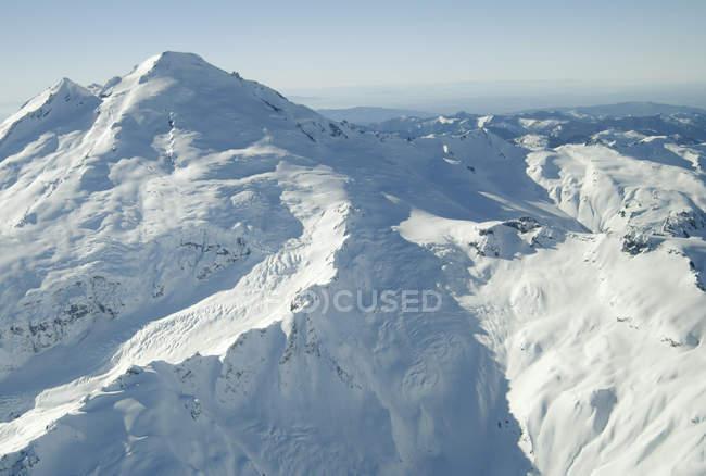 Foto aérea do vulcão adormecido cobertas de neve — Fotografia de Stock