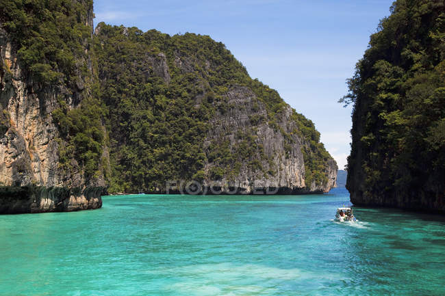 Snorkeling Boat In Island — Stock Photo
