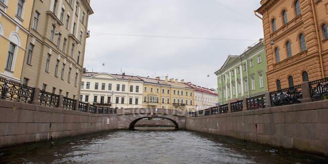 Pont aller sur Canal d'hiver — Photo de stock