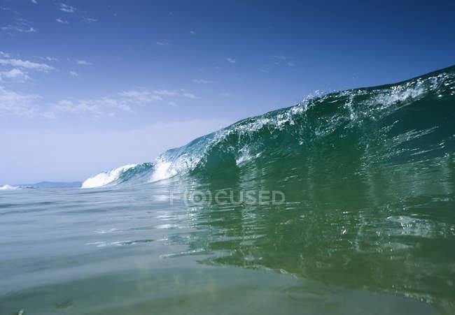 Onda rolando no oceano — Fotografia de Stock